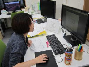 建築CAD検定3級を練習する女性