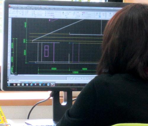 建築CAD練習する女性